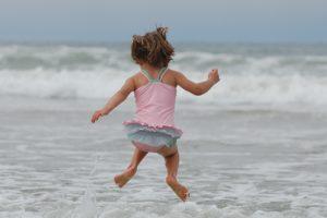 Sprunggelenk, mädchen , strand , ozean , wellen , springen , badeanzug , pazifischer ozean , glücklich , glück , spaß , spritzen , freude , kindheit , spielen , verspielt , schwimmen , genuss , aktiv