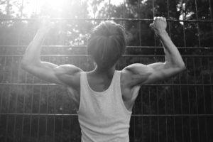 mensch , körper , rücken , sonne , muskeln , gitter , gefangen , schwarz weiß , tanktop , mann , sportlich , hilfeschrei , sommer , sonnenstrahlen , lichtblick , hoffnung , angespannt , wald , athletisch , dünn , dreckig