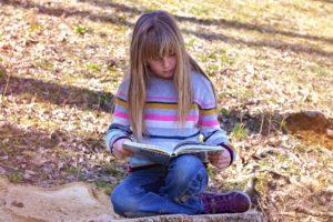 mensch , kind , mädchen , buch , lesen , natur , draußen , interesse