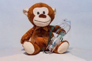 inhalation , inhalationsmaske , aerosol , aerosolmaske , atemmaske , vernebler , inhalieren , lungenerkrankungen , lungenkrankheit , erkältung , vernebelung , medikamente einatmen , flüssige medikamente , feuchte luft , krank , genesen , gesund werden , gesundheit , teddy , plüschtier, Inspiration , atemmaske