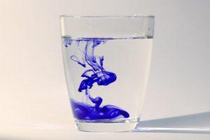 tinte , wasser , wasserglas , flüssigkeit , tropfen , fließen , flüssig , platsch , tropfen im wasser , farbig , nass , wasser tropfen , wassertropfen , farbe , blaue tinte , tinte im wasser , tintentropfen , wirbelring , wirbelkaskade , wirbelringe , tintenpatrone , farbstoff , tröpfchen , diffusion , wirbeln , mischen , mischung , farbiges wasser , farbe im wasser