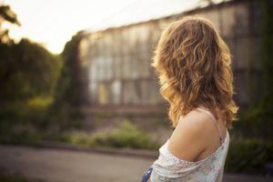 person , frau , jung , hübsch , schulter , haut , zurück , suchen , weiblich , lebensstil , mode , blondine , haar , sexy , attraktiv