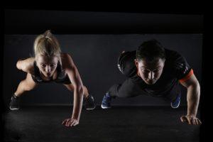 sport , liegestütz , krafttraining , einarmig , frau , mann , fitness , training , sportlich , bewegung , gymnastik , anmutig , fit , muskeln , bewegen , kraftsport , trainieren , muskeltraining, Extension, Kraft