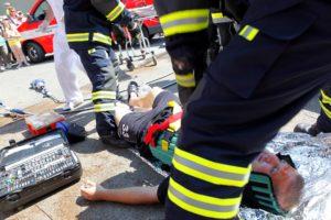 unfall , feuerwehrmann , hilfe , arzt , die verwundeten , auto-unfall , erste hilfe, notarzt, schock