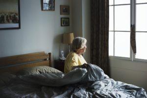 erwachsene , alterung , allein , american , betreutes wohnen , bett , schlafzimmer , deprimiert , depression , vielfalt , ältere menschen , europäische , home , haus , wohnzimmer , einsamkeit , einsam , suchen , schaut aus dem fenster , ältere , pflegeheim , alte