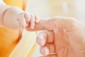 baby , hand , säugling , kind , vater , eltern , süß , geborgen , liebe , geliebt , niedlich , festhalten , neues leben , friedlich , finger , augenblick , lieben , vertrauen , unterstützung , berührung , berühren, Opposition des Daumens