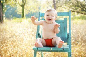 baby , sitzen , lächelnd , glücklich , junge , im freien , blaue stuhl , glück , fröhlich