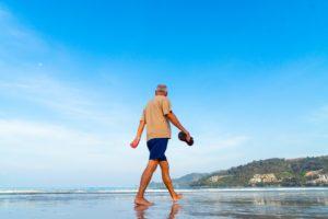 Vitalität im Alter, strand , senior , mann , männlich , wandern , im ruhestand , meer , ufer , ältere , ozean , aktiv , sand , freizeit , urlaub , lebensstil , aktivität , küste , schuhe , barfuß , übung , morgen , himmel , blau , berg , im freien , natur , wasser , beine , senioren , genießen , sonne , sommer , spaziergang , reisen , person , pension , mond , traum , leben, alt, opa, Aktiv im Alter