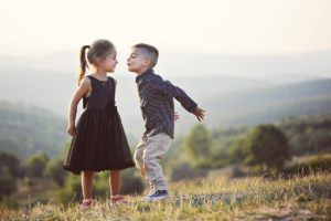kinder , geschwister , bruder , schwester , freunde , kuss , niedlich , person , menschen , glück , bezaubernd