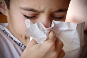 erkältung , kopfschmerzen , gesundheit , einfluss , krankheit , virus , temperatur , guy , taschentuch , niesen , sich kümmern , allergie , kalt , fieber , medizin , husten , antibiotika , unwohl , schmerz , schleim , haben erkältungen