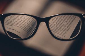gläser , lesebrillen , brillen , auge zu tragen , lesung , lesen , buch , vision , blick , geschichte , seiten , fokus , bilder , objektive , sehvermögen, regression, sakkaden