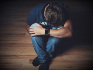 mann , trauer , verzweiflung , emotion , schmerz , freudlosigkeit , mutlosigkeit , kummer , melancholie , niedergeschlagenheit , enttäuschung , niederlage , stimmung , ausdruck , depression , depressiv , sitzend , am boden , niedergeschlagen