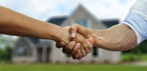 kauf , haus , hauskauf , immobilie , mann , frau , übergabe , markler , immobilienmarkler , eigentum , besitz , wert , kaufen , vertrag , händeschütteln , handschlag , abkommen , partnerschaft , hand , händedruck , zusammenarbeit , hintergrund , vereinbarung , menschen , Seniorenheim, wohnheim
