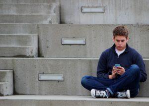 sms , junge , jugendlicher , sitzen , im freien , blau, pubertät, jugendlicher, teenager, handy, smartphone