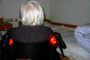 frau , alt , alter , graues haar , oma , altenheim , mensch , senioren , pflegebedürftige , betreuung , pflegefall , altersheim , altenpflege , demenz , pflege , krankheit , alzheimer , gesundheit , denken , bewohnerin , pflegekosten , verkalkung , geist , rollstuhl