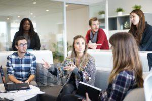 arbeitsplatz , team , geschäftstreffen , geschäftsleute , geschäft , teamarbeit , büro , menschen , treffen , kommunikation , diskussion , gruppe , konferenz , geschäftsfrauen , business-team , unternehmensgruppe , interaktion , mitarbeiter , führer , computer , diverse , vielfalt , planen , team-sitzung , büro-treffen , kollegen , brainstorming , analyse , lässig , männer , frauen , arbeiten , reden , professional