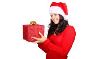 box , weihnachten , claus , niedlich , weiblich , geschenk , mädchen , glücklich , hut , isoliert , rot , santa , lächeln , lächelnd , weiß , frau , jung , Was sind die besten Frauengeschenke?