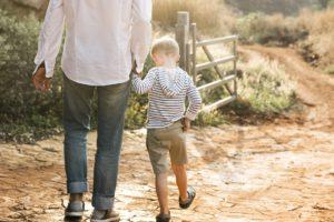Ist ein Urlaub auf dem Bauernhof nicht eher Stress?junge , kinder , kindheit , landschaft , familie , bauernhof , glücklich , urlaub , kind , freizeit , lebensstil , liebe , menschen , beziehung , ruhestand , straße , ländlich , sommer , sonne , sonnig , zusammen , wandern , jung