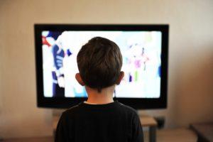 kinder , tv , fernsehen , home , menschen , junge , familie , jung , beobachten , lebensstil , technologie , kontrolle , wohnzimmer , sitzen , Können Arzt- und Krankenhaus Serien im TV Angst machen?