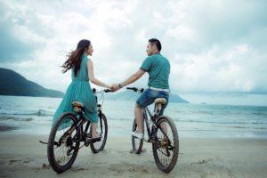 paar , strand , liebe , urlaub , sommer , fahrräder , meer , junge , frau , mädchen , mann , zusammen , im freien , Kurzurlaub zu zweit - Schenken Sie Ihrer Beziehung Zeit!