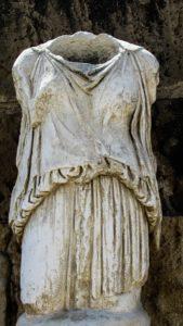 Die Tunika: Ein klassischer Figurschmeichler, zypern , salamis , statue , frau , tunika , archäologie , archäologische , kultur , wahrzeichen , famagusta , tourismus