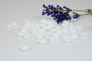 medizin , tabletten , pillen , medikamente , gesundheit , pharmazie , krank , heilen , krankheit , nahrungsergänzung , therapie , gesundheitswesen , nahrungsergänzungsmittel , kapseln , homöopathie , apotheke , lavendel , blume , lila , natur , violett , blüten , lavendelblüten , duft , provence , blühen , gewürz , duften , hintergrund, Homöopathische Tabletten