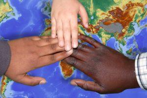 migration , integration , migranten , zusammenführung , einwanderer , gemeinschaft , eingliederung , flüchtlinge , willkommen , asyl , mensch , flüchtlinge willkommen , hilfe , kinder , hände , freundschaft , hilfestellung , partnerschaft , gemeinsam , freunde , miteinander , beistand , partnerschaftlich , helfen , unterstützung , unterstützen , beistehen , liebe , zuflucht , verfolgung , schutz , asylbewerber , asylsuchend , deutschland , welt , land , flüchtlingskrise , menschenwürde , hilfsbedürftig , nächstenliebe , menschen , humanitär , frieden , weltfrieden , rasse , hautfarbe , hand , kind , kinderhände , Wie kann ich mit einer Patenschaft helfen?