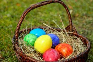 Ostern immer noch aktuell? osterkorb , bunte eier , bio , gefärbt , lebensmittel , brauchtum , ostern , osterschmuck , bemalt , osterfest , frohe ostern