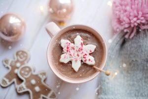 keks , brown , weihnachten , cookie , cookies , dekoration , lecker , lebensmittel , lebkuchen , gruppe , urlaub , puderzucker , saisonale , formen , imbiss , süß , traditionellen , winter , Zarte Versuchung Lebkuchen zu Weihnachten heiße Schokolade, kakao, kaffee