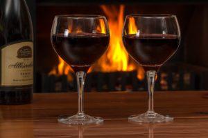 rotwein , gläser , holzfeuer , rot , wein , alkohol , trinken , feier , restaurant , glas , weinglas , getränke , feiern , shiraz , romantisch , lebensstil , flasche , romantik , entspannung , ambiente , wärme , entspannen , atmosphäre , Ist Rotwein gesund?