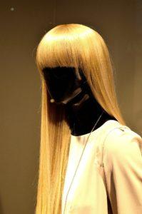 frau , figurine , schwarz , blond , perücke , dekoration , shop , fenster , Was sollte man über Perücken wissen?
