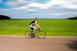 fahrrad , radfahren , sport , zyklus , fahrt , spaß , im freien , freizeit , aktivität , sommer , lebensstil , aktiv , mann , menschen , erholung , gesund , radfahrer , erwachsene , übung , straße , männlich , person , außerhalb , rad , geschwindigkeit , reiten , transport , aktion , fitness