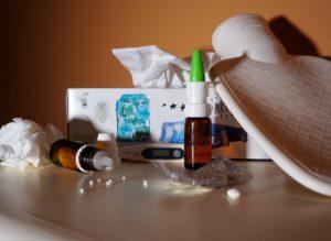 grippe , schnupfen , krankheit , erkältung , krank , virus , medizin , medikament , influenza , fieberthermometer , globuli , wärmeflasche , nasenspray , taschentuch
