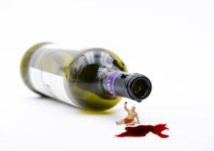 flasche, trinker, miniaturfiguren, trunkenheit, rotwein, leer, sucht, anonym, alkohol, abhängigkeit, genießer, fleck, tropfen, neige, wein, mann, prost, anstoßen, allein, einsam, Geselligkeit anonyme alkoholiker Alkoholsucht