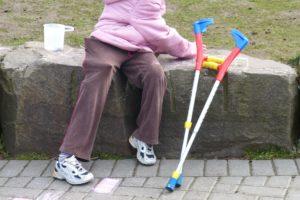 behinderung , rehabilitation , gehbehinderung , gehbehindert , mobil sein , hilfsmittel , körperliche behinderung , handicap , problem , kind , kinder , hilfe , gehhilfe , krücke , laufen
