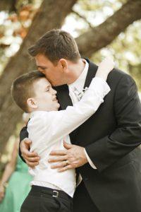 bräutigam , vater , autismus , sohn , hochzeit , eltern , glücklich , lächelnd , liebe , kinder , verheiratet , anzug , junge , im freien , umarmung