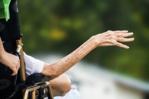 hospiz , faltige hand , ältere menschen , alte , senior , patienten , behinderte , alter , ältere , eifrig um hilfe , behinderung , behinderte person Altersflecken