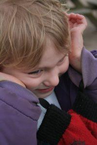 kernschmelze , autismus , autistische , kinder , mädchen , überwältigt , stimming , aufgeregt , ausgesperrt , herunterfahren , kriechen , erschöpft , emotion , überreizt , autismus spektrum störungen , asd , asc , zustand , asperger , syndrom , verhalten