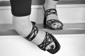 treppe , füße , unfall , frau , schuhe , frauenschuhe , aufsteigen , absteigen , frauenfuß , stufe , treppenstufe , verletzung , orthopädie , umknicken , abwärts , treppenhaus , hinab , holztreppe , kurz vor dem fall bänderriss umknicken