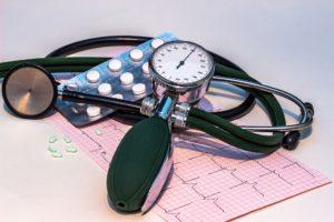 blutdruckmessgerät , hoher blutdruck , stethoskop , ekg , elektrokardiogramm , frequenz , kurve , herzschlag , gesundheit , herz , gesundheitscheck , kardiologie , blutdruck , blutkreislauf , untersuchung , kreislauf , rhythmus , arztuntersuchung , medizin , tabletten , medikamente
