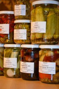 einmachgläser , eingelegtes , gemüse , saures , beilage , zwiebel , paprika , einweckgläser , konserven einkochen