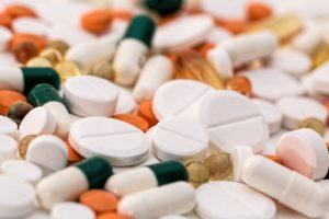 kopfschmerzen , schmerz , pillen , medikamente , tabletten , drogen , apotheke , medizin , gesundheitswesen , pharma , chemiker , apotheker , rezept , grippe , medizinische , kälte , gesundheit , krankheit , winter , krank , schlecht , virus , infektion , unwohl , husten , ungesunde , symptom , niesen , kopf kalt , kapseln , dosis , antibiotikum , behandlung , heilung , schmerzmittel , medikament , sucht , pflege , aspirin, Makrolid-Antibiotika, Makrolidantibiotika, Beta-Lactam-Antibiotika, β-Lactam-Antibiotika, Betalaktam-Antibiotika