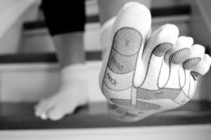 treppe , füße , socken , strumpf , frau , absteigen , treppe runtergehen , fußreflexzonenmassage , zonen , fußlandkarte , fußbekleidung , zehen , dicker zeh , massage , zehensocken , zehsocken, Eingewachsener Zehennagel, fußnagel