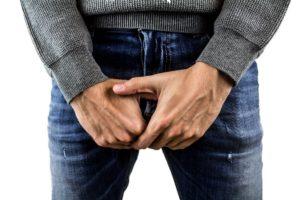 hoden , hodenkrebs , penis , peniskrebs , schmerzen , geschlechtskrankheiten , mann , becken , jeans , hände, geschlechtsorgan, mann, diphallie, geschlechtskrankheit, sex, sexuaLITÄT, Lichen sclerosus, Mikropenis; Mikrophallus, Prostatahyperplasie
