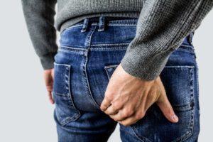 hämorrhoiden , proctalgia fugax , prostata , schmerzen , prostatitis , mann , hintern , po , jeans , hand