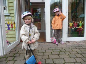 kindergarten , kinder , kindergartentasche , fahrradhelme , glücklich , tür