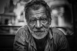 alter mann , porträt , straße , mann , alte , senior , person , männlich , ältere menschen , großvater , caucasian , gesicht , im ruhestand , ruhestand , menschen , rentner , lächelnd , erwachsene , glücklich , alter , weiß , ältere , alterung , haar , grau , lächeln , ausdruck , vater , eine , augen , lebensstil , allein , lässig , weisheit , gläser