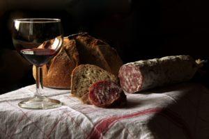 aperitif , wein , trinken , glas , stillleben , tisch , alkohol , rotwein , brot , wurst , rustikal , salami Histaminintoleranz & Histaminunverträglichkeit