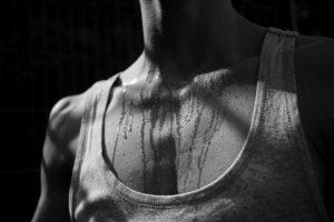 schwarz weiß , mensch , brust , mann , wasser , schweiß , tropfen , athletisch , muskulös , reizend , sport , sportlich , erschöpft , körper , körpergefühl , gesundheit , angestrengt , bewegung , durchhaltevermögen , erotisch , tanktop , schwitzen, Hyperhidrose