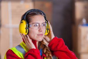 industrielle , sicherheit , logistisch , arbeitskleidung , arbeitssicherheit , schutzbrille , weste , arbeiter , obligatorische , hersteller , persönliche schutzausrüstung , supervisor , mobilfunk , frauen , mitarbeiter , gesicht , bella , gehörschützer , kopfhörer